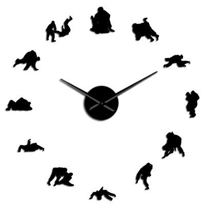 une holrloge avec des dessins de jjb